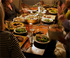 Sit-At-The-End-Of-The-Table-Can-Help-You-To-Lose-Weight