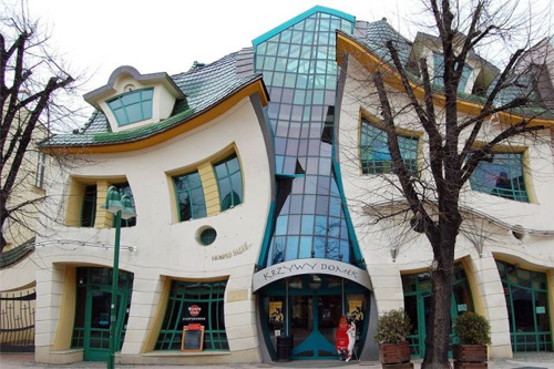 Worlds-Weirdest-Buildings-crooked-house-poland