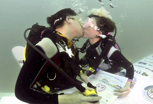 Craziest-Places-People-Have-Got-Married-Trang-Underwater-WeddingThailand